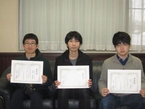 表彰された学生の皆さん。左から毛利良徳さん(人間社会学域国際学類4年), 相川隆行さん(人間社会学域環境研究科博士3年), 神谷卓磨さん(人間社会学域経済学類3年)